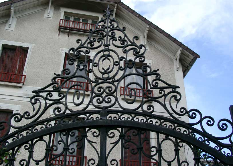 Wrought iron gate with 20 meters of railing-1