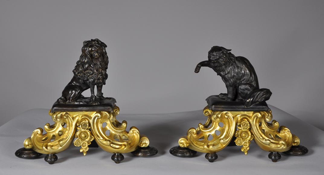 Antique pair of gilded bronze and brown patina bronze andirons with cat and dog decor - Reference 10035