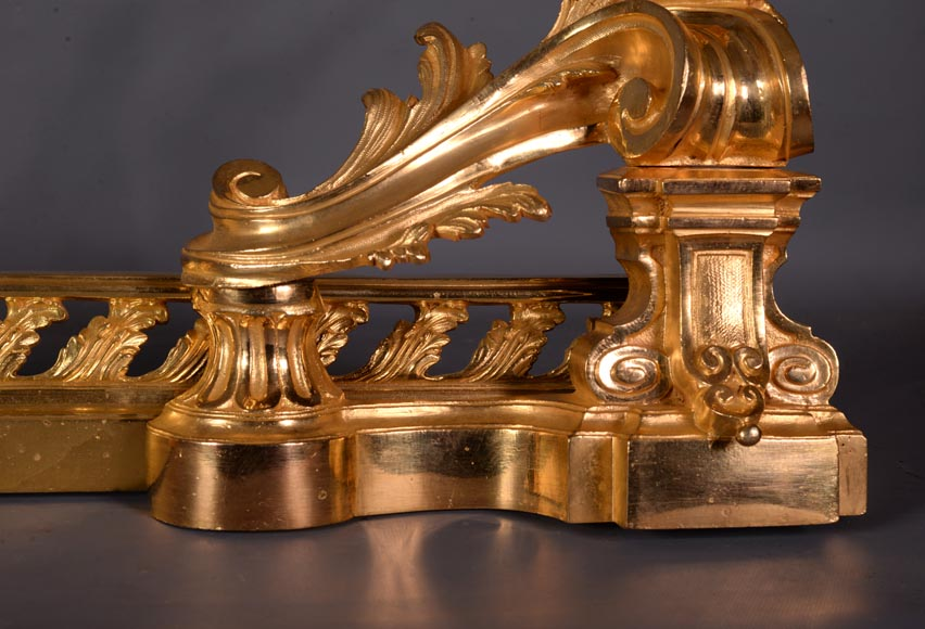 Beautiful antique Napoleon III style fire fender in gilt bronze with large acanthus leaves-7