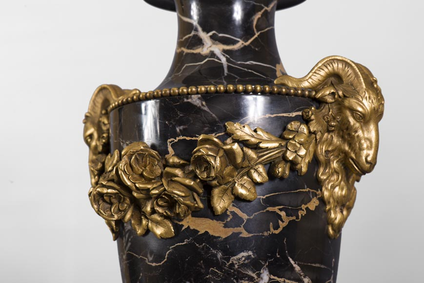 Pair of Portor marble cassolettes with rams' heads and garlands of flowers in gilt bronze -2