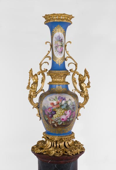Napoleon III monumental vase in Porcelain of Paris with the Triumph of Venus mounted in gilt bronze with espagnolettes-7