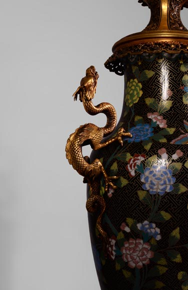 Pair of dragon kerosene lamps, made of bronze and partitioned enamels.-3