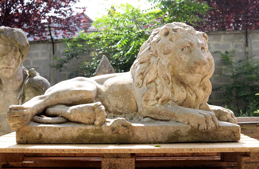 Important pair of statues with majestic lions made of composit stone-1