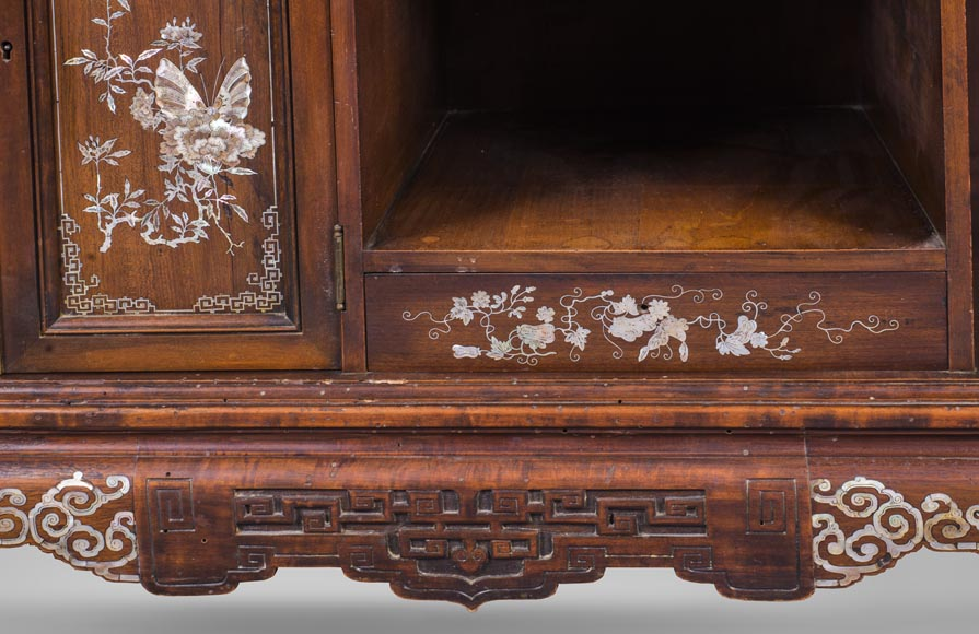 Shelves cabinet of Far Eastern inspiration, decorated with floral vases in mother-of-pearl and ivory-10