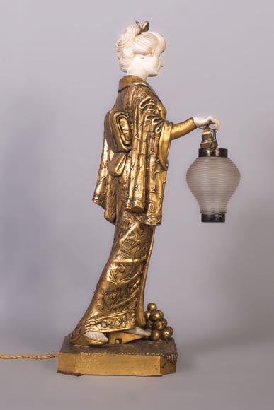 Dominique ALONZO (actif 1910-1930), Japanese style bedside lamp, made of biscuit, spelter and glass globe, representing a Japanese woman holding a lantern-2