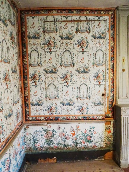 A beautiful set of polychrome wallpaper from a room-14