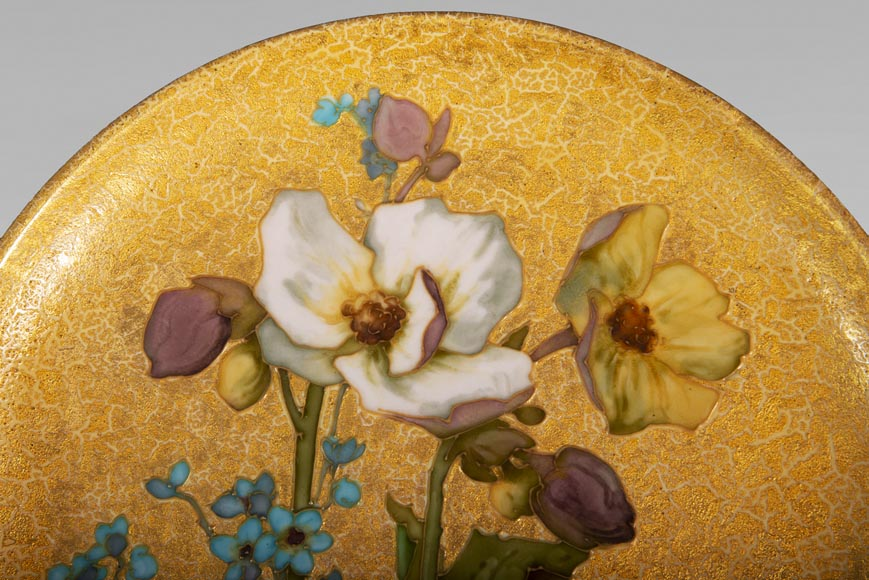 MANUFACTURE DE SÈVRES - Glazed ceramic plate decorated with flowers on a gold background-1