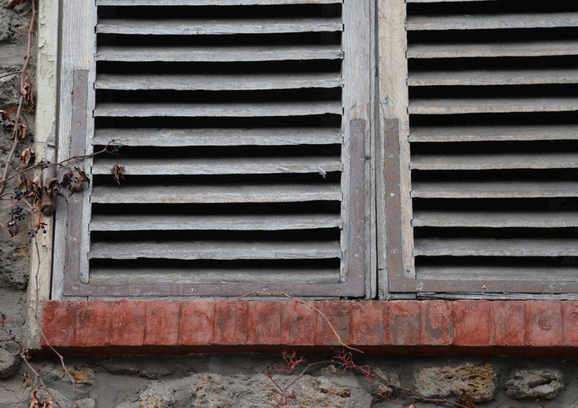 Two pairs of wooden shutters -3