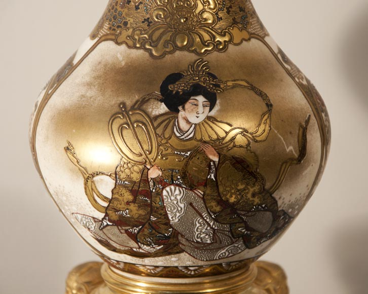 Magnificent Satzuma vase with man and woman decor mounted as a lamp with bronzes attributed to Ferdinand Barbedienne-3