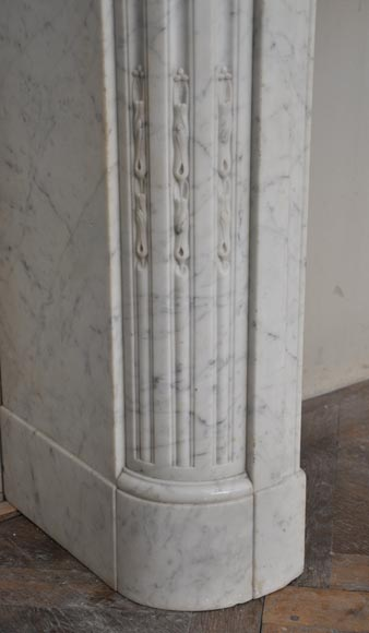 Antique louis xvi style fireplace with round corners in for Acanthus decoration