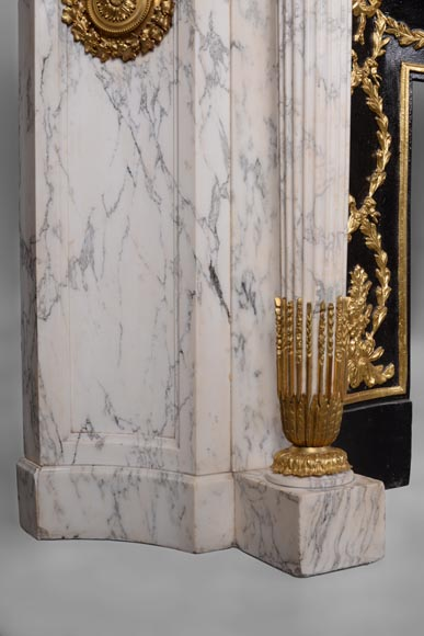 Very beautiful antique Louis XVI style fireplace in Arabescato marble with quiver-shaped columns, gilt bronze ornaments and curved sides after the model from the Chateau of Fontainebleau-6