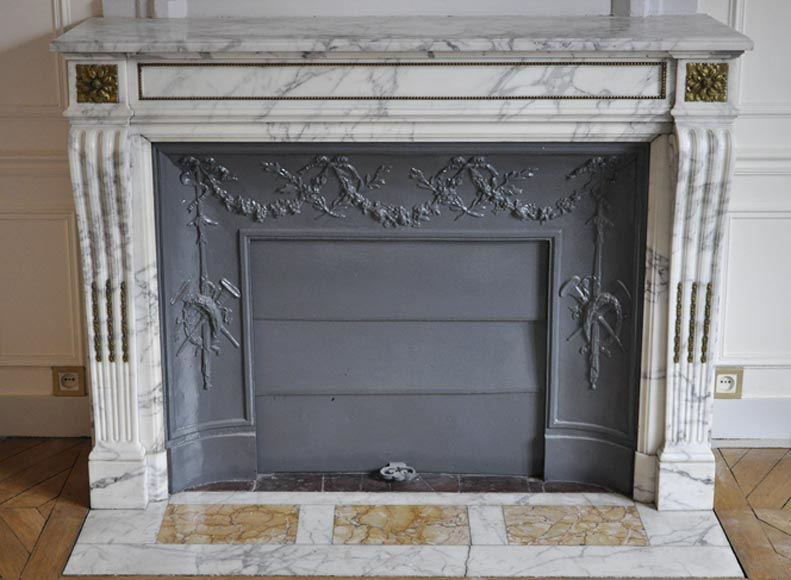 Beautiful antique Louis XVI style fireplace in Arabescato marble with gilt bronze pearls frieze and rosettes - Reference 3257