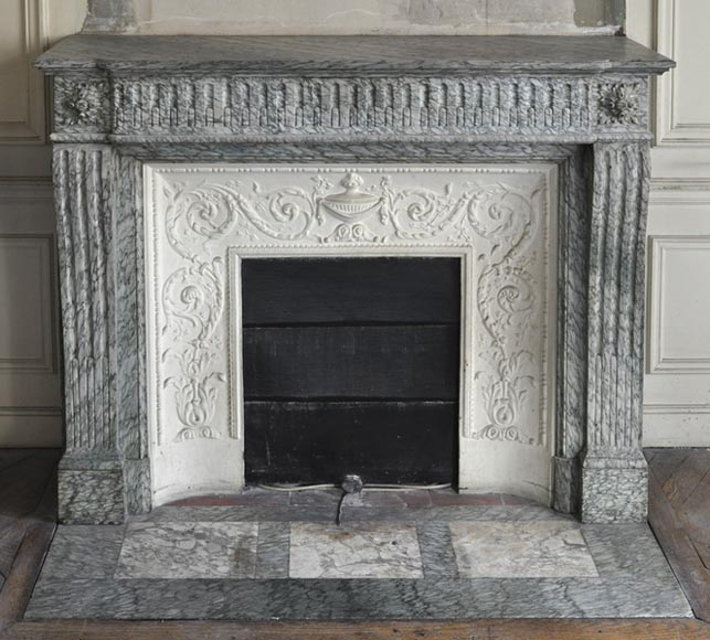 Antique Louis XVI style fireplace with curved consoles and flutings, in a beautiful Vert d'Estours marble and its elegant insert with foliage and cassolette - Reference 3262