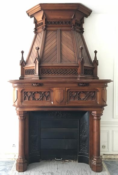Large antique Neo-Gothic style fireplace with hood in carved calnut, 19th century - Reference 3310