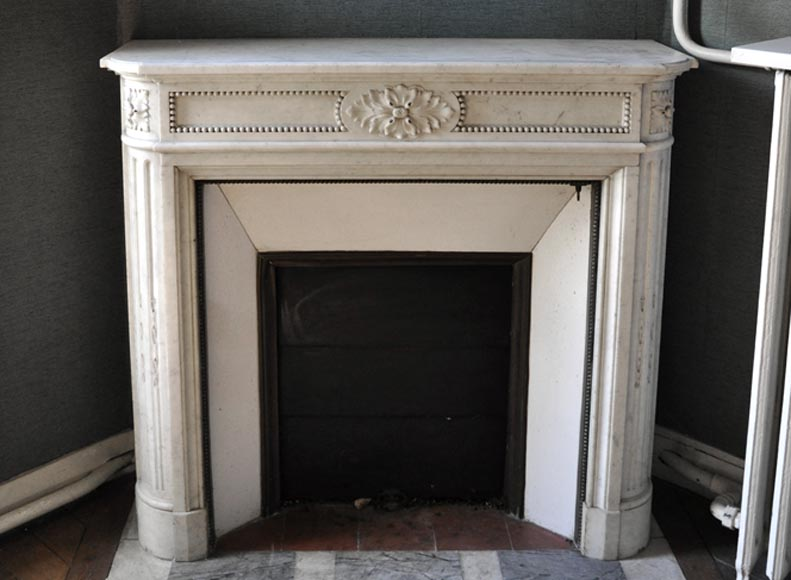Small antique Louis XVI style fireplace with rounded corners and pearls frieze in White Carrara marble - Reference 3398