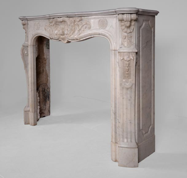 Antique Louis XV style fireplace in Carrara marble with large shell and rosettes -9