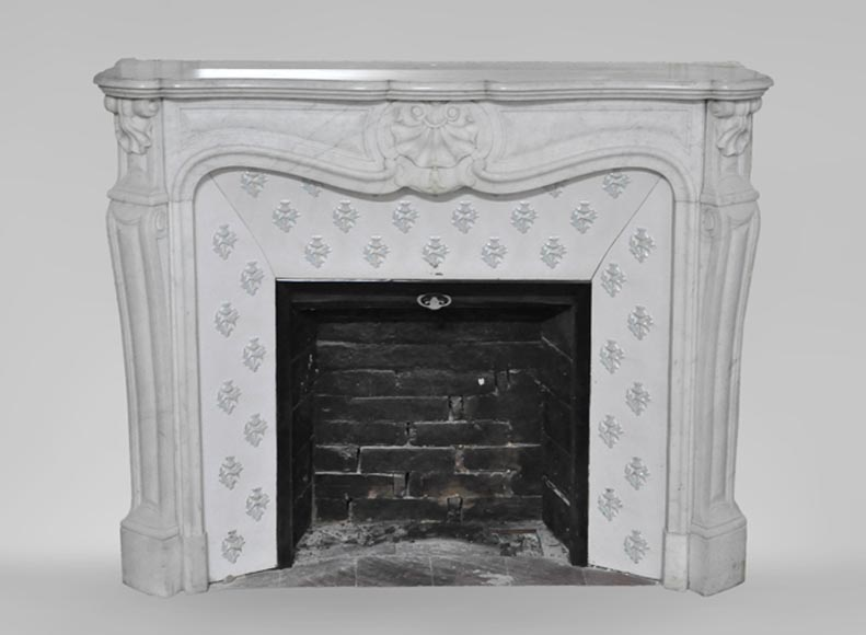 Antique Louis XV style fireplace, three shells model, in Carrara marble with its enameled insert - Reference 3507