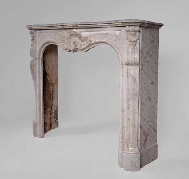 Antique Louis XV style fireplace in Arabescato marble with large asymmetrical shell-6