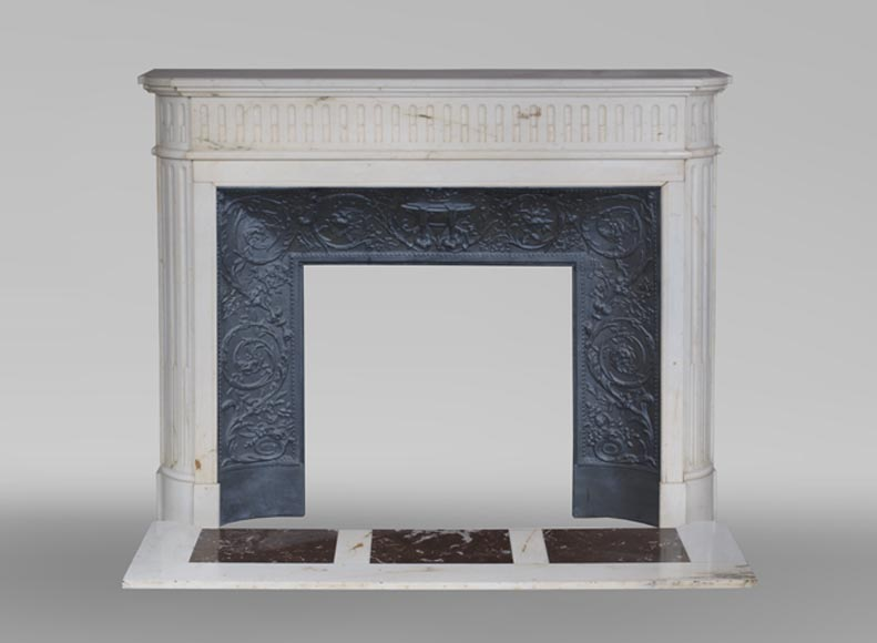Antique Louis XVI style fireplace in Carrara marble with grooves and rounded edges - Reference 3599