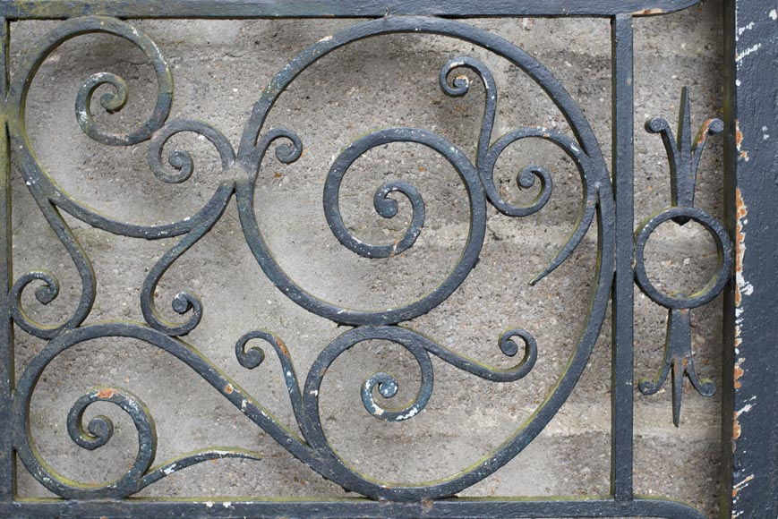 Important ironwork gate adorned with volutes-4