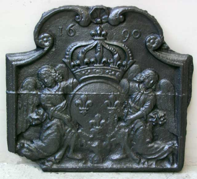 Fireback with 2 angels holding a coat of arms from 1690. - Reference 9102