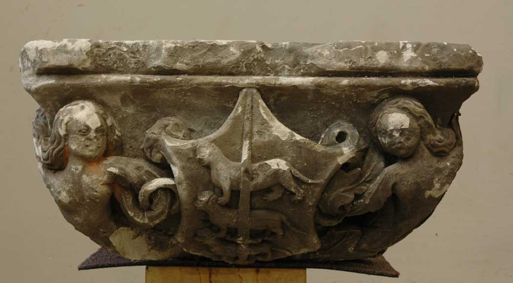 Gothic stone capital with coat of arms - Reference 9194