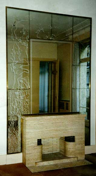 Mantel in travertine stone from the 1940's with surrounding wall of mirrors - Reference 9611