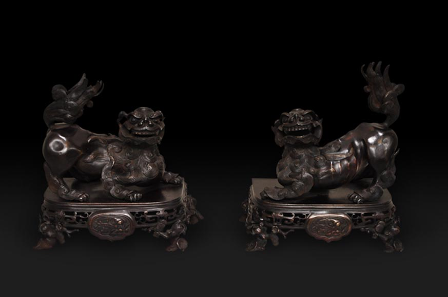 Antique pair of andirons made out of brown patina bronze with Fô dogs decor - Reference 9968